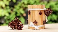 Plechovka polepená dřevěnými špachtlemi a hvězdičkami badyánu.