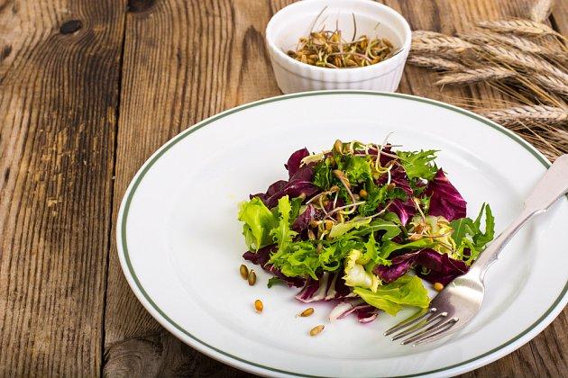 Salát s naklíčenými žitnými zrny