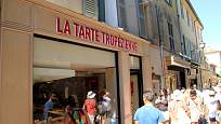 Turisté před slavnou cukrárnou La Tarte Tropezienne v Saint-Tropez, Provence.