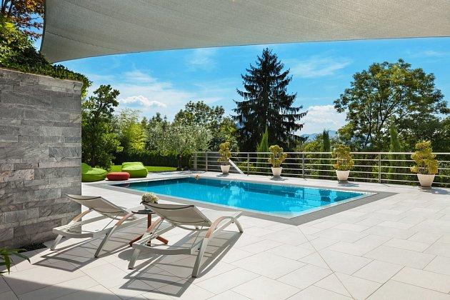 Ideální situace je, když na terasu navazuje i zahradní bazén.