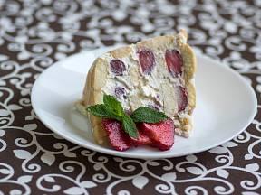 Vynikající nepečený smetanový dort s ovocem.