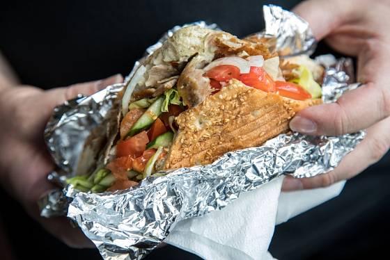 Pokud balíme jídlo do alobalu, je vhodné náplň vložit do rozkrojeného pečiva.