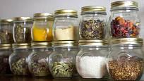 Potraviny před škůdci nejlépe ochrání uzavíratelné nádoby.