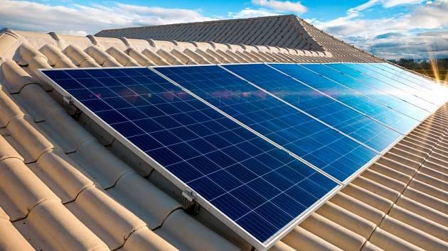 Solární panely vyrábějící elektřinu se na střechách objevují stále častěji