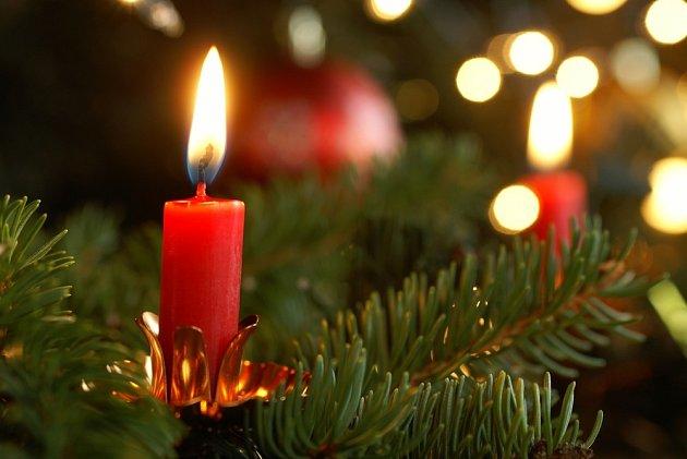 Zmínka o stromku s hořícími svíčkami se objevuje už v jedné francouzské písni z 13. století.