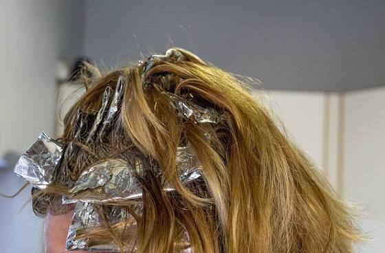 Klasické využití alobalu při barvení vlasů