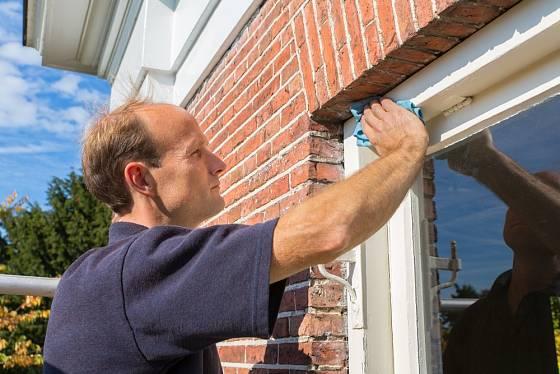 Okenní rámy důkladně očistíme také zvenku.