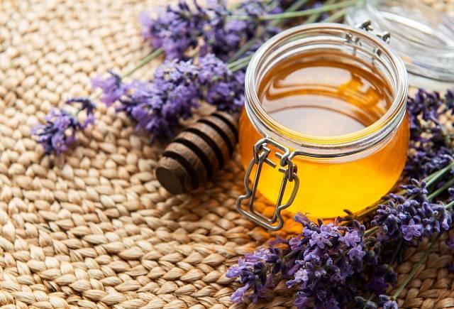 Zjemnit chuť kurkumového mléka můžete pomocí medu.