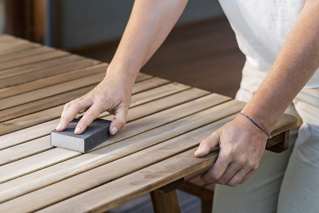 Dřevo vždy nejprve očistěte od prachu a mastnoty a obruste ho od předchozích nátěrů.