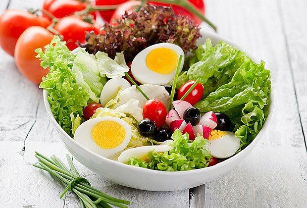 Čerstvý salát s vejci, ředkvičkami a zálivkou