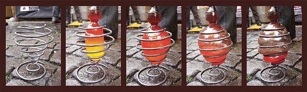 Skleněná baňka budoucí lampy foukaná do kovové kostry