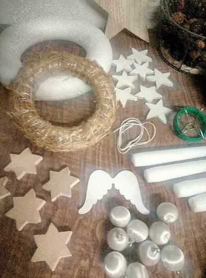 Jako dekoraci věnce jsme zvolili bílostříbrné mini baňky, dřevěné hvězdy nabarvené na bílo a bílé svíčky.