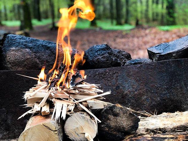 K rozdělání ohně se hodí chroští nebo jemné třísky.