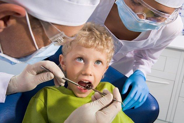 Pravidelné zubní prohlídky a odstranění kazu mohou rovněž odstranit jednu z příčin