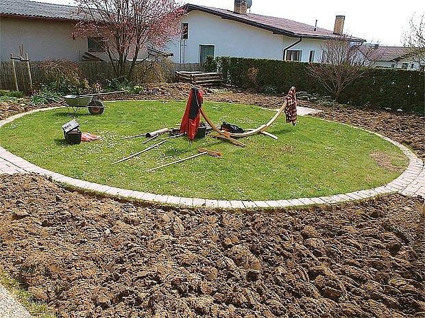 Vnější trávník po chemické likvidaci a zrytí.