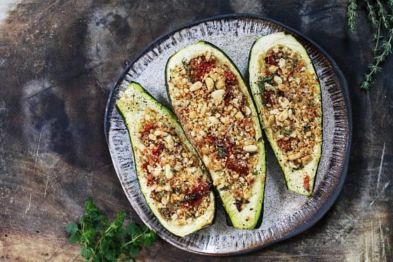 Piniové oříšky kombinaci s rajčaty a tymiánem sluší.