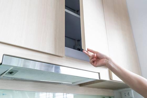 Odstává křídlo kuchyňských dvířek? Problém vyřešíte nejvzdálenějším šroubkem na ramínku.