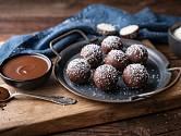Nepečené kuličky můžeme obalit v čokoládě a kokosu.