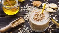 Oslaďte si snídaňové smoothie medem. Pochutnáte si a prospějete zdraví