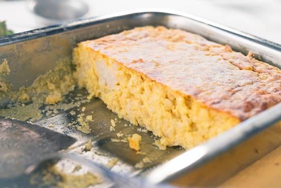 Plechový pekáček důkladně vymažte máslem.