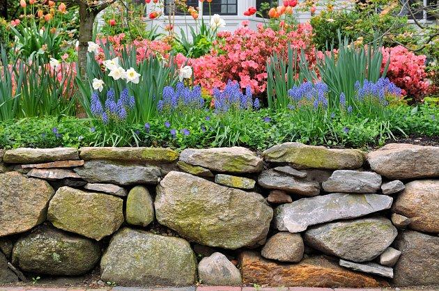 Zahradní zídky pomohou terénu a zároveň se stanou zajímavým prvkem v zahradě.