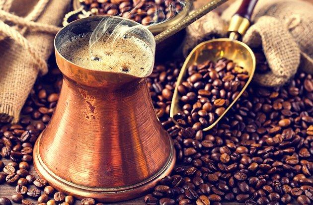 Měděná džezva s tureckou kávou.