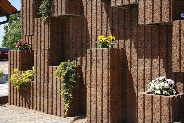 Spojení betonu a květin dodá vašemu plotu styl a originalitu.