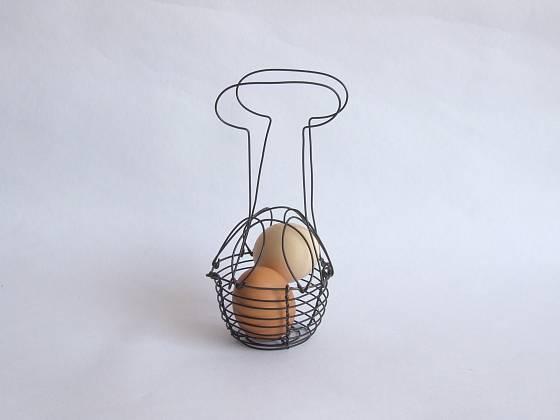Malý drátovaný košík na vajíčka si můžete snadno vyrobit doma