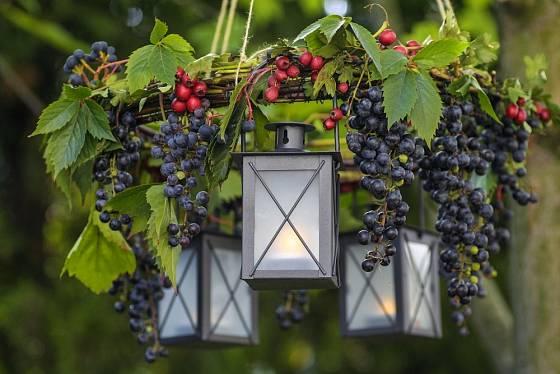 Venkovní výzdoba s využitím podzimních plodů.