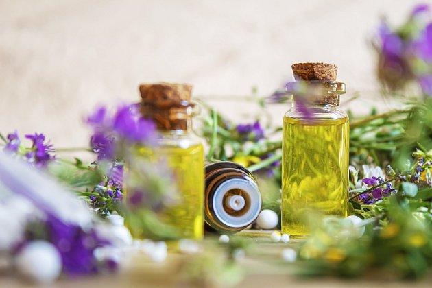 Už vhistorii byla třezalka používána k léčebným účelům, zejména ve formě čajeaoleje.