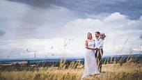 Louky jsou vděčné místo pro novomanželské focení.
