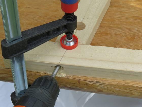 Výroba dřevěné trojnožky: Nohy provrtáme a sešroubujeme