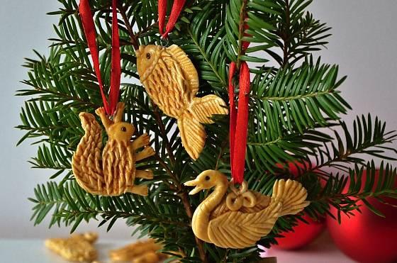 Figurky z vizovického pečiva mohou zdobit vánoční stromek.