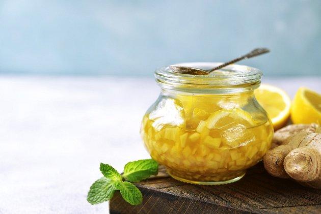 Zázvor, citron a med můžeme doplnit ještě skořicí.