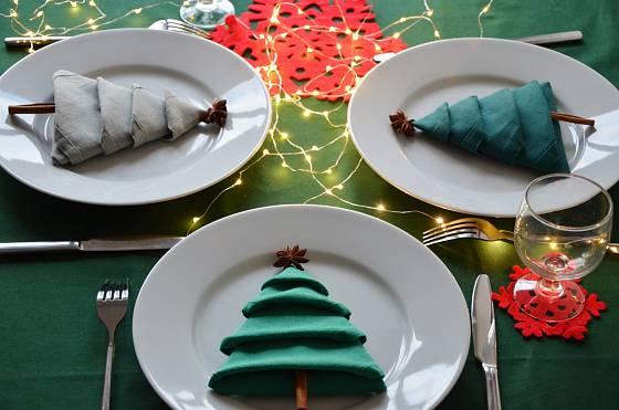 Štědrovečerní tabuli lze ozdobit i pomocí obyčejných ubrousků a koření