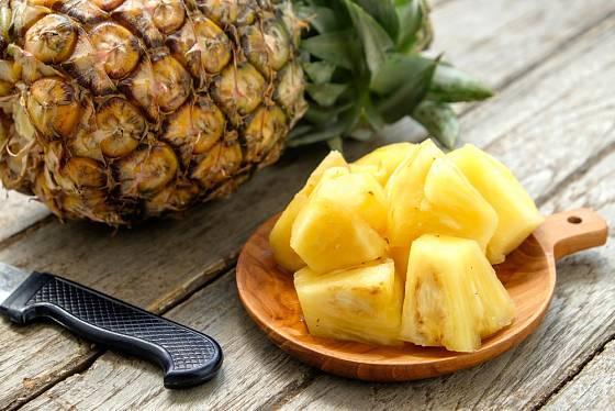Nakonec ananas rozkrájejte třeba na kostky