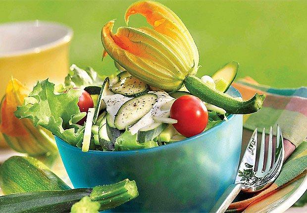 Cuketový salát s rajčaty