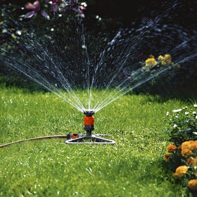 Péči o trávník si můžeme výrazně usnadnit díky zavlažovacím systémům.