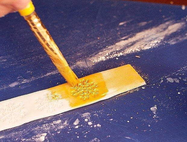 Pásek natřeme zlatou potravinářskou barvou.