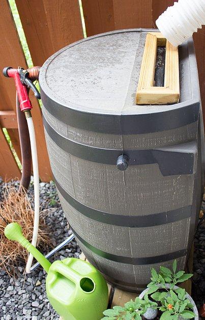 Nádrž na dešťovku může díky tvaru přiléhat k domu