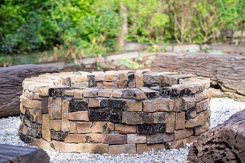 Ohniště můžete postavit podle svého vkusu z libovolného materiálu. Nejjednodušší je ze samotného betonu, který však můžete kreativně doplnit šamotovými cihlami, různými tvárnicemi, kameny a spárovací maltou.