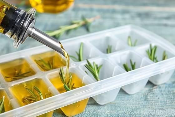 Do zásobníku na led vložíme kousky rozmarýny a zalijeme olivovým olejem.