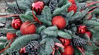 Červená barva typická pro vánoční ozdoby rozzáří celou vazbu.