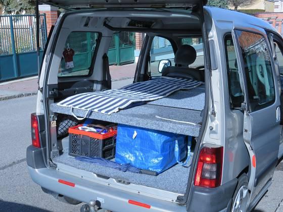 Pohodlné spaní i úložný prostor v autě
