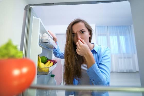 Nepříjemný zápach je třeba z chladničky co nejdříve odstranit.