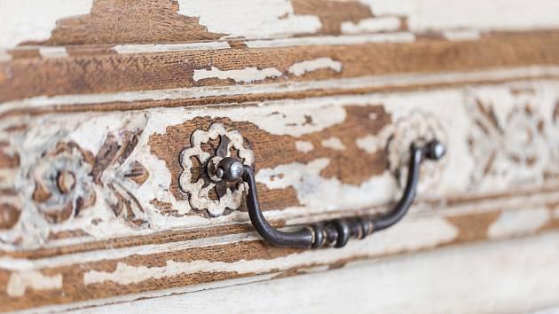Historický nábytek nezavrhujte. Pusťte se do jeho patinování.