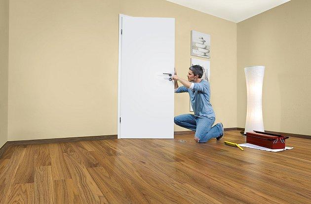 Vinteriéru se vám mohou vyjímat hladké dveře zlehkého dřevěného rámu.