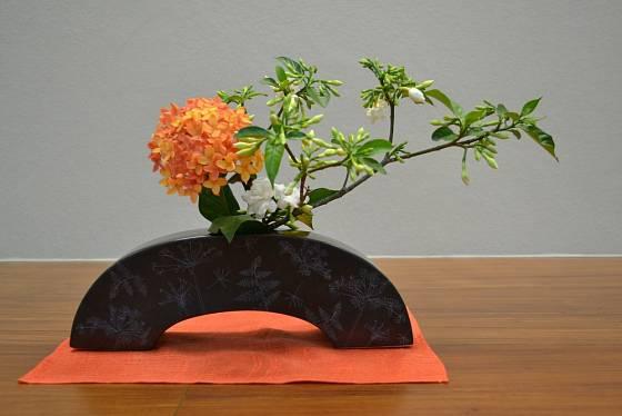 Důležitou roli u ikebany sehrává i prostor v okolí aranžmá.
