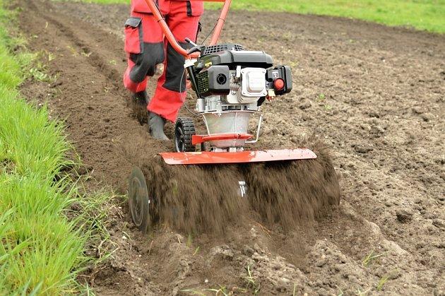 Kypření půdy pomocí rotavátoru,