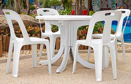 plastový nábytek